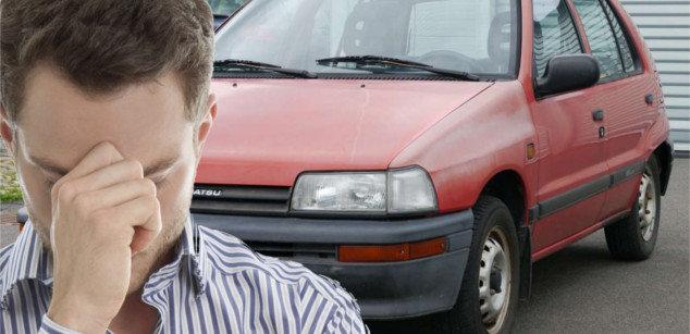 Hombre preocupado por vender su coche