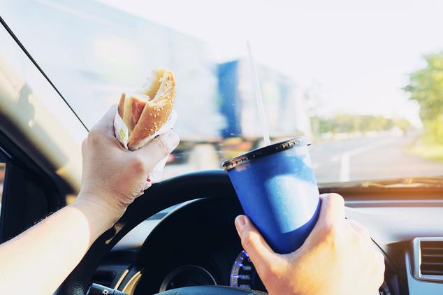 Comer en el coche