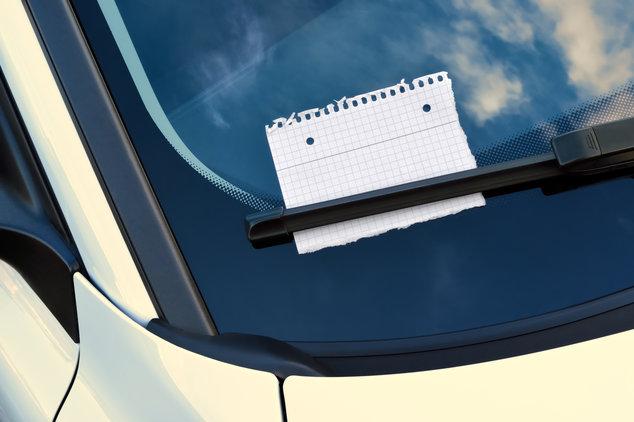 Dejar una nota en el parabrisas